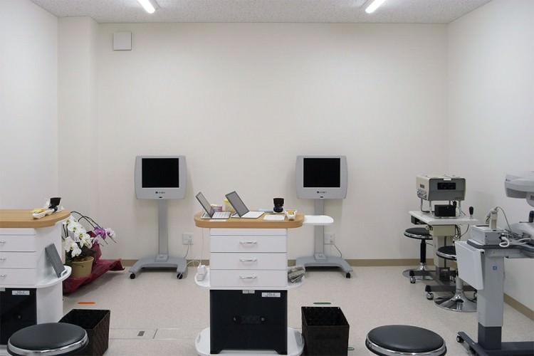 自然な状態で視力を検査する視力検査機器