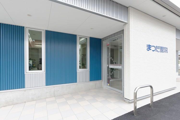 医院正面玄関とフラットな床面。医院内外は、安心安全のバリアフリー設計。